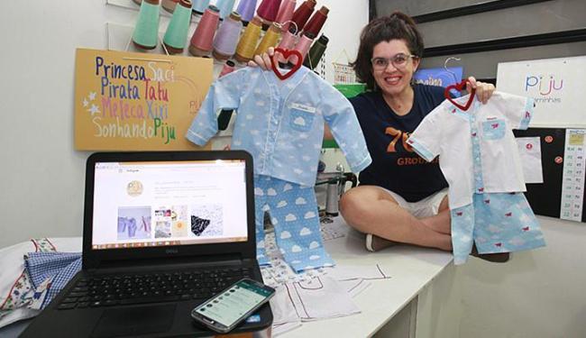 Flávia, da Piju Pijaminhas, faz contatos, negocia e vende pelos aplicativos
