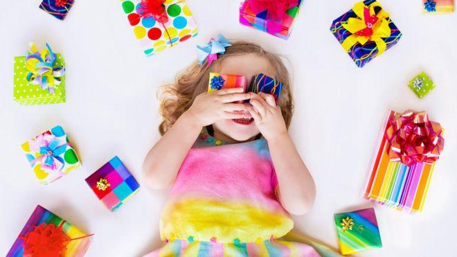 Vídeos mostram crianças abrindo presentes em seus canais no YouTube e agradecendo às empresas