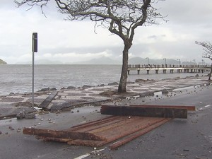 Ressaca causou danos em toda a avenida da praia de Santos (Foto: Reprodução / TV Tribuna)