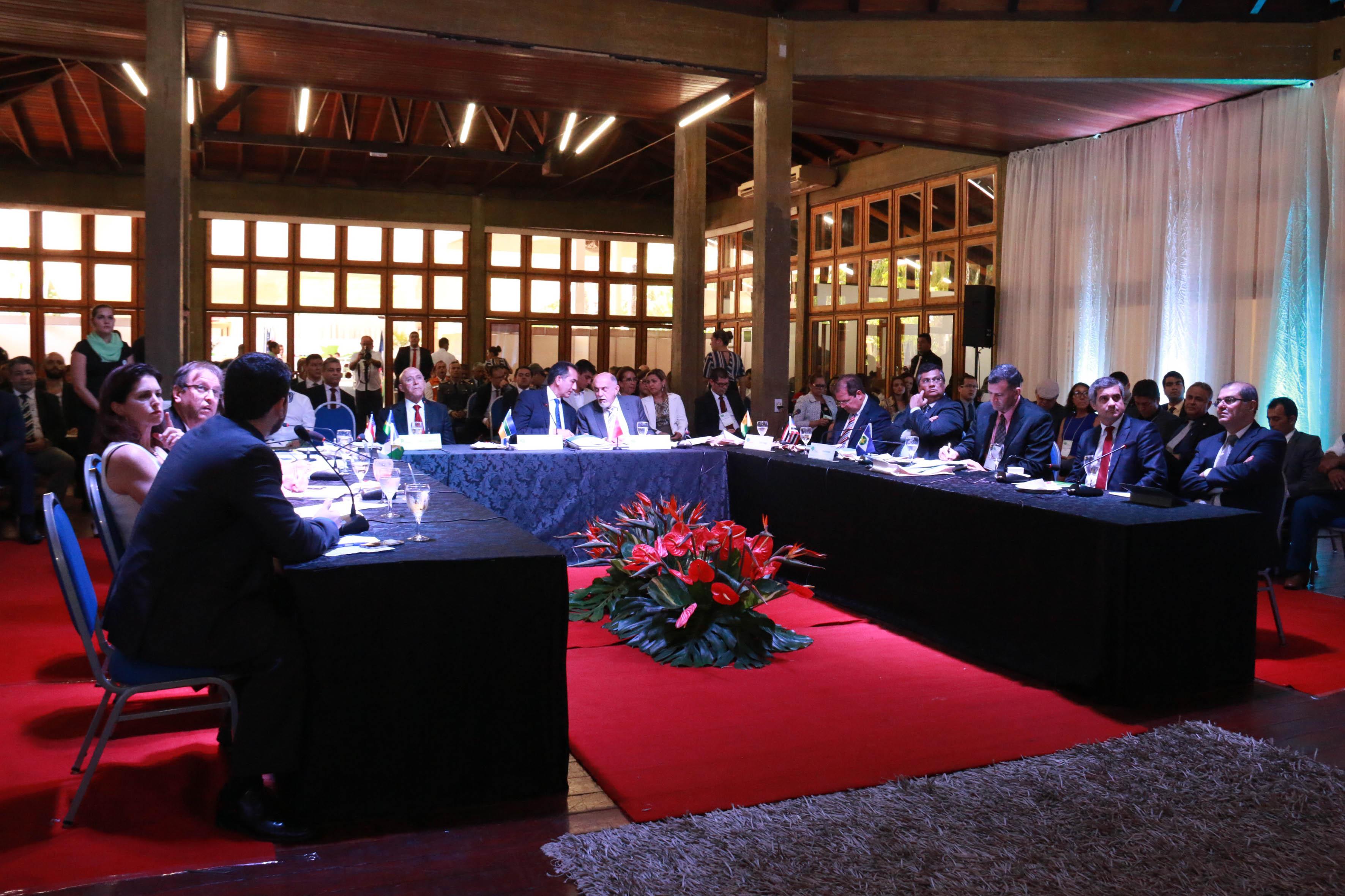 """A comunicação governamental foi um dos pontos da pauta no 13º Fórum de Governadores da Amazônia Legal, ocorrido no Amapá, na quinta e sexta-feira, 26 e 27. Pela primeira vez, o eixo foi discutido e inserido na Carta de Macapá, documento que os governadores assinam, conjuntamente, focando no desenvolvimento da Amazônia. O secretário de Comunicação do Estado do Pará, Daniel Nardin (foto), destacou que a discussão e o compromisso entre os Estados em pactuar a parceria podem mudar o modelo de comunicação prestada pelos governos à sociedade. """"Nossa forma de se comunicar com o cidadão ainda é muito unidirecional. Precisamos repensar a respeito dos métodos aplicados nos governos, debater sobre o relacionamento com a imprensa e entender as novas tecnologias para se adequar aos novos moldes de divulgação, planejamento e gerenciamento de crises"""", declarou. FOTO: JORGE COSTA / SECOM-AP DATA: 27.01.2017 MACAPÁ - AP"""